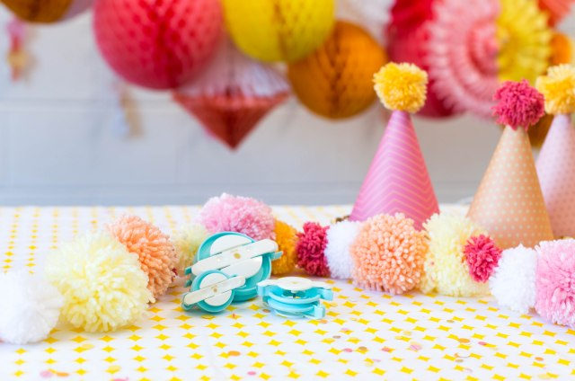 We R Memory Keepers DIY Party Collection Pom Pom Maker